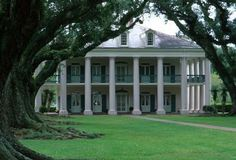 Oak Alley Plantation, Louisiana-anybody wanna visit plantations with me?? I think some are said to be haunted too. Could be fun!