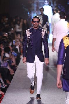 Manish Malhotra. LFW S/R 15'. Indian Couture. Indian Groom Wear, Indian Wear, Mens Traditional Wear, Manish Malhotra Collection, Suit Fashion, Mens Fashion, Indian Male Model, Kurta Pajama Men, Mens Ethnic Wear
