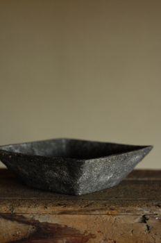 西麻布桃居2008年6月岩手県花巻市で制作されている伊藤正さんの角鉢です。正方形で立ち上がりが放射状に広がっています。質感は一見すると石のように見えます。...