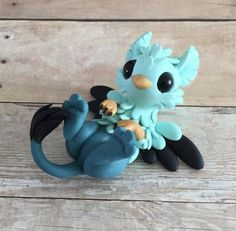 A blue polymer clay gryphon! Polymer Clay Dragon, Polymer Clay Kawaii, Polymer Clay Figures, Polymer Clay Sculptures, Polymer Clay Animals, Polymer Clay Projects, Polymer Clay Charms, Polymer Clay Creations, Sculpture Clay