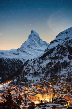 One of the greatest known mountains in the Alps, the iconic Matterhorn stands tall at over behind Zermatt, a quaint Switzerland. Zermatt, Switzerland House, Switzerland Vacation, Alps Switzerland, Hetalia Switzerland, Switzerland Itinerary, Grindelwald Switzerland, Switzerland Wallpaper, City Photography