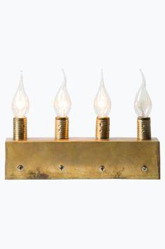 watt & VEKE Adventsljusstake Brasse Julstämning - Watt & Veke sätt! Tänd ett ljus för varje advent, använd de enskilda omkopplarna. Brasse har ett mycket modernt utseende. Metallamphållare i äkta mässing. Vi använder 4xE14 glödlampor för extra glöd! Textil kabel i guld. Glödlampor ingår ej. Höjd: 11 cm. Längd: 29,5 cm. Basbredd: 7 cm. Basdjup: 7 cm.   <br><br>