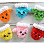 Crochet a Pair of Amigurumi Christmas Mittens – Free Pattern!