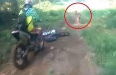 Um grupo de motociclistas que passeava pelas estradas no norte da Ilha de Sumatra, cruzou com uma 'criatura humanoide' de baixa estatura...