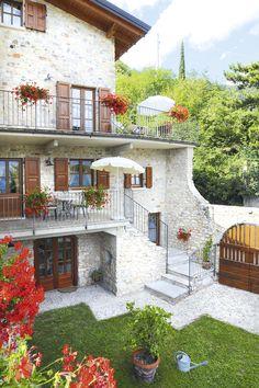 Das Rustico Casale Pegol in Tignale aus dem 17. Jh. liegt ruhig inmitten des Naturschutzgebietes Parco Alto Garda Bresciano auf einem Hochplateau in 600 m Höhe mit unvergesslichem Ausblick auf den Gardasee.