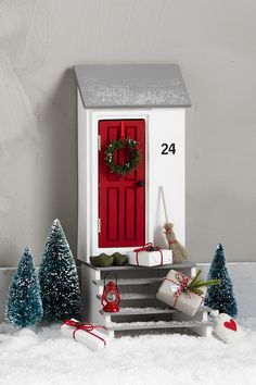DIY Elf Door for Christmas Find DIY miniature craft inspiration and accessories on our website. Christmas Thoughts, Christmas Time, Elf Door, Diy And Crafts, Crafts For Kids, Xmas Elf, Vitrine Miniature, Christmas Stocking Pattern, Miniature Crafts
