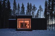 De woning kreeg aan de buitenkant een donkere kleur met het oog op een harmonieus samenspel met de omgeving.