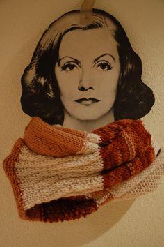 Bufanda cuello larga tricolor tonos marrones y blanco de diferentes puntos.