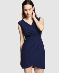 Vestido corto con falda drapeada en color azul marino. Sin mangas, con escote cruzado adorno de encaje y detalle de abertura en la espalda. Tiene cierre de cremallera lateral.