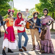 Make Coco Frida Kahlo costume yourself maskerix.de - Inspiration & accessories: make Coco Frida Kahlo costume yourself - Best Group Halloween Costumes, Cute Costumes, Halloween Cosplay, Halloween Kids, Cosplay Costumes, Halloween Party, Costume Ideas, Halloween 2018, Disney Group Costumes