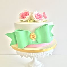 Bow and roses cake