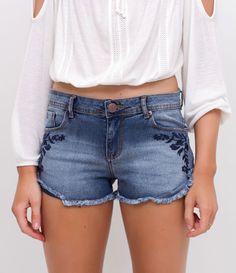 R$ 99,90 Short feminino  Modelo boyfriend  Barra desfiada  Com bordado  Marca: Blue Steel  Tecido: jeans  Composição: 78% algodão, 20% poliéster e 2% elastano  Modelo veste tamanho: 36     Medidas da modelo:     Altura: 1.72  Busto: 78  Cintura: 59  Quadril: 91  Manequim: 36