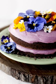 Garden-fresh pansies and color-coordinated buttercream look ready for spring!