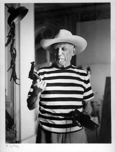 Picasso with revolver and hat of Gary Cooper, Cannes, 1958 . Photo by Rene Burri Pablo Picasso, Picasso Art, Gary Cooper, Silly Photos, Nice Photos, Iconic Photos, Pretty Pictures, Louise Brooks, Wearing A Hat