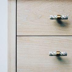 En nydelig liten t-bar laget av marmor med messingfeste. Love Handles, Bar, Messing, Marble, Dinner Rolls