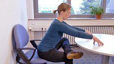 """Büro-Yoga: Yoga-Lehrerin Emma Hermansson erklärt die """"sitzende Taube"""". Die Übung fördert die untere Rücken- und Gesäßmuskulatur und wirkt entspannend durch die bewusste Atmung."""