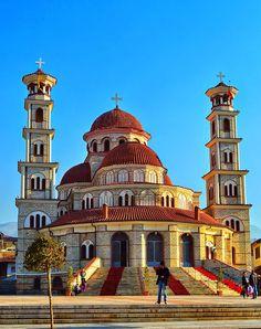 Catedral Ortodoxa da Ressurreição é a maior igreja da Albânia e domina a praça central de Korçë. Foi reconstruída em 1992 depois que a igreja anterior neste local foi destruída pelos comunistas em 1968. Embora o interior seja completamente modesto, há os iconostasis de madeira entalhada enormes.  Fotografia: Murat Osmani.