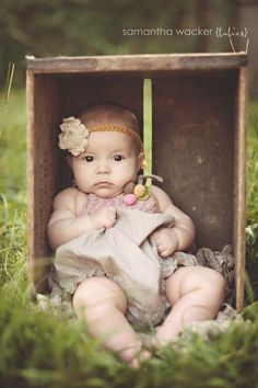 6 month baby picture ideas photo by Samantha Wacker. Baby in a box 3 Month Old Baby Pictures, 6 Month Baby Picture Ideas, 4 Month Old Baby, Milestone Pictures, Baby Girl Pictures, Newborn Pictures, Family Pictures, Baby Monthly Pictures, Six Month Photos