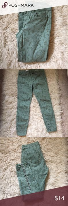 """Gap 1969 legging jeans Floral print jeggings with zippers on the calves. 98% cotton 2% spandex. 26 1/2"""" inseam. GAP Jeans Skinny"""
