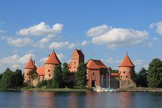 Fotografía: Cristina y Justo- Castillo de Trakai- Lituania Tour, Mansions, House Styles, Home Decor, Lithuania, Circuits, Vacations, Castles, Copenhagen