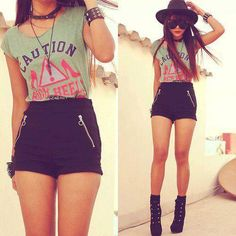 .Cute grunge outfit! But take off that hat! GIRL DONT U WATCH GIRL CODE NO BODY SHOULD WEAR HATS!