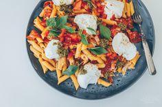 Hellan ja viinilasin välissä: Chorizopasta mozzarellalla helppoa, herkullista ja nopeasti