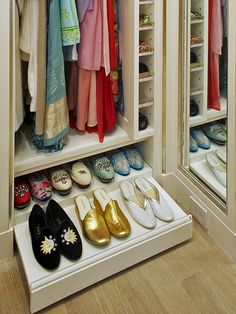 Guardar sapatos em armários pequenos costuma ser um problema. Eles geralmente ficam amontoados em um canto, e, quando precisamos encontrar um par, temos de tirar todos os outros do armário, fazendo a maior bagunça e perdendo tempo. É preciso usar a criatividade para criar alternativas. Uma boa ideia é usar outros
