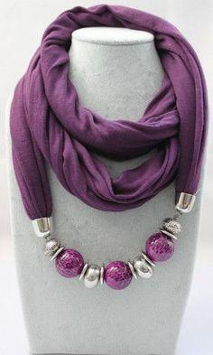 Un collar de bufandas y pañuelos