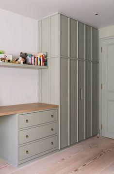 Lujo en Londres… | Decofeelings Tall Cabinet Storage, Locker Storage, Blue Rooms, Undercover, Architecture, Closet, Furniture, Hidden Doors, Home Decor