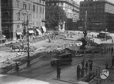 Veduta di piazza Barberini con cantiere di lavori di pavimentazione stradale in corso 28.09.1930