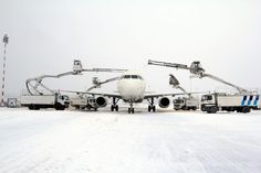 Atendimento especial para evitar formação de películas de gelo sobre aeronave no aeroporto Warsaw Chopin, Varsóvia, Polônia.