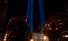 Espectadores fotografiar potentes luces que simbolizan la Zona Cero en el Bajo Manhattan 11 de septiembre 2008 en la ciudad de Nueva York - el séptimo aniversario de los ataques terroristas en los EE.UU. que provocaron la caída del World Trade Center.