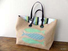 sac cabas XL en toile de jute esprit vintage avec poisson verts et bleus de la boutique bykarbon sur Etsy