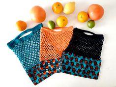 Petit Sac Filet pour le Marché | Oui Are Makers | Partageons notre créativité Filet Crochet, Crochet Poncho, Diy Crochet, Crochet Bags, Filets, Captain Hook, Oui, Casual Shorts, Fabric