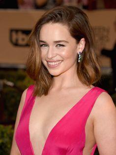 """Sehr lässig: """"Game of Thrones""""-Star Emilia Clarke trägt einen gewellten Long Bob zum Seitenscheitel.Wie trägt Daenerys ihre Haare? Seht hier die Game of Thrones Frisuren"""