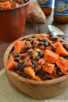 Sweet Potato Turkey Chili by wholeandheavenlyoven: This chunky sweet potato chili is unbelievably warm and comforting and perfect for a chilly fall evening. Serve piping-hot with cornbread crumbled on top if desired. #Chili #Turkey #Sweet_Potato #Healthy How To Cook Chili, Great Recipes, Favorite Recipes, Clean Eating, Healthy Eating, Sweet Potato Chili, Turkey Chili, Tasty, Yummy Food