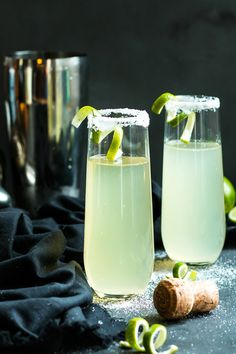 Mexican 75 - A Lime, Tequila and Champagne Cocktail This Mexican 75 is a tequila and champagne cocktail that is a twist on the classic French It makes an epic cocktail for times of celebration! Champagne Drinks, Tequila Drinks, Cocktail Drinks, Cocktail Recipes, Alcoholic Drinks, Tequila Bebidas, Drinks Alcohol, Margarita Recipes, Alcohol Recipes