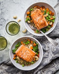 Salmon cooked in water vapor and served with ginger-buckwheat. http://www.jotainmaukasta.fi/2016/10/30/vesihaudekypsennys/
