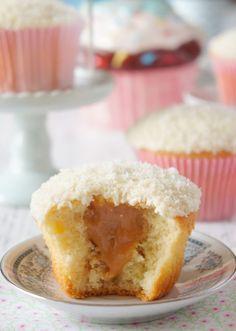 Coconut cupcake with dulce de leche – Danielle Noce - My CMS Brownie Desserts, Oreo Dessert, Mini Desserts, Fall Desserts, Cheesecake Desserts, Healthy Desserts, Mini Cakes, Cupcake Cakes, Cupcake Recipes