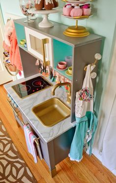 13 easy ways to pimp the IKEA kids' kitchen Ikea Kids Kitchen, Pretend Kitchen, Mini Kitchen, Toy Kitchen, Kitchen Sets For Kids, Diy Play Kitchen, Kitchen Paint, Kitchen Redo, Kitchen Hacks