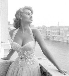 48 ideas for style icons curvy sophia loren Sophia Loren, Cinema, Hollywood, Classic Actresses, Vintage Glamour, 1950s Fashion, Black And White Photography, Film Festival, Style Icons