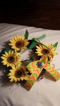 Little summery sunflower wreath with a cute dragonfly..