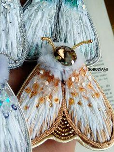 Моль! Брошь вышитая бисером, паетками, кристаллами – купить или заказать в интернет-магазине на Ярмарке Мастеров | Моль! Она прилетела ! <br /> Вышивка хлопком,…
