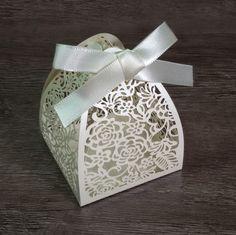 PEDIDO MÍNIMO DE 30 UNIDADES <br> <br>Ideal para bem casados, bolos, amêndoas, castanhas, trufas, chocolates, confetes, jujubas, doces ou balas sortidas e o que sua criatividade mandar! <br> <br>Tamanho da Base: 6,3 x 6,3 cm <br>Altura: 8 cm <br> <br>Caixa de papel gramatura alta, em papel perolado creme. Acompanha fita de cetim de 7mm.