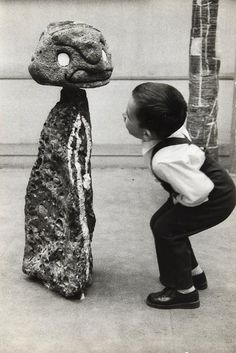 "Photo noir et blanc : ""enfant regardant une sculpture de Miro"" 1975, Sabine…"