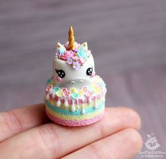 OMG smallest unicorn cake and cutest most detailed cake ever Fimo Kawaii, Polymer Clay Kawaii, Polymer Clay Charms, Polymer Clay Creations, Polymer Clay Cake, Pavlova, Miniature Crafts, Miniature Food, Diy Clay