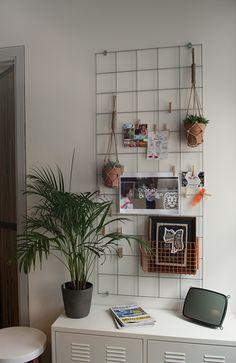 Metal rack inpiration bord memo bord diy interio by Meut.nl - Metal rack inpiration bord memo bord diy interio by Meut. Home Design Decor, Diy Home Decor, House Design, Metal Wall Grid, Monochrome Bedroom, Metal Rack, Bedroom Decor, Wall Decor, Cute Bedroom Ideas