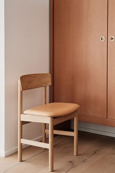 'The People's Chair' designed by Børge Mogensen 1956. The robust dimensions of the chair's spokes and legs make this a stable, sturdy design, allowing for hours of sitting. Adding to the comfort is the upholstered seat characterised by a simple curve, capturing another signature trait of Mogensen – to never lose sight of a design's original intent and functional purpose, while avoiding any unnecessary elements. #fredericiafurniture #3236chair #børgemogensen #borgemogensen #modernoriginals Dining Chairs, Dining Room, Grease Stains, Wood Oil, Wood Surface, Leather Furniture, Chair Design, Painting On Wood, Stools