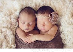 4 Great Tips for Photographing Newborn Twins by Silver Bee Photography for iHeartFaces.com