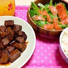 このあとサラダが物足りなかったのでタマネギをプラスしました♪ - 7件のもぐもぐ - サイコロステーキ&サーモンサラダ♡ by gumipind